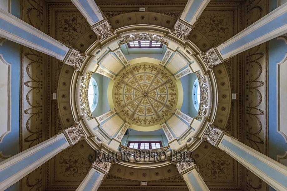 Vista interior en contrapicado de la cúpula de la ULPGC mostrada en las rutas de fotografía de arquitectura por el barrio de Vegueta de Las Palmas