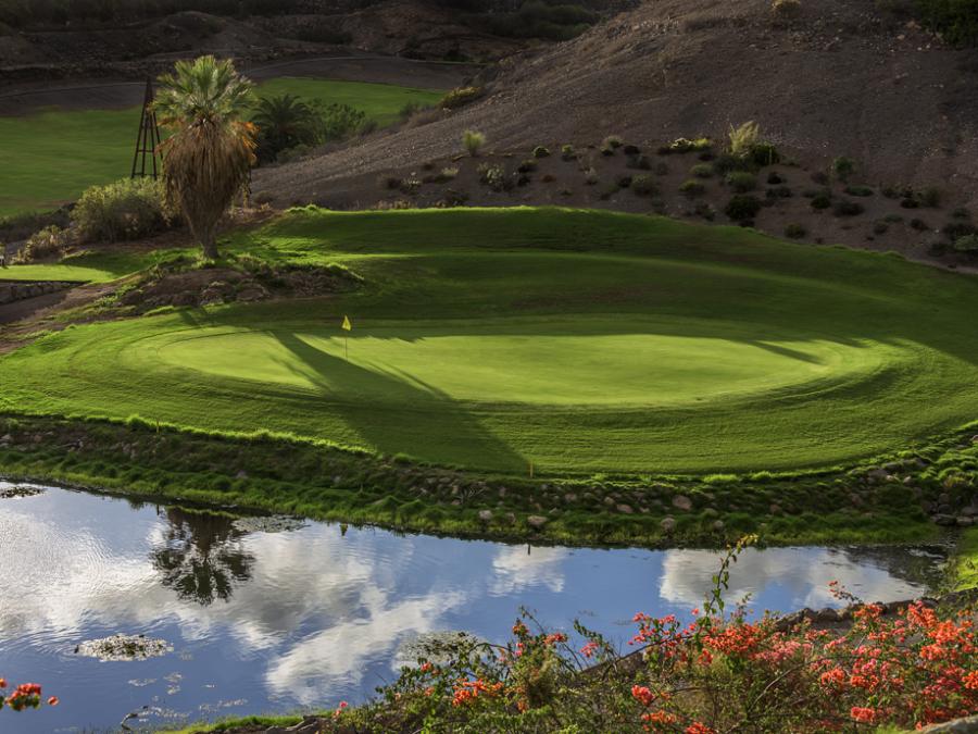 Atardecer sobre el hoyo 8 del campo de golf de Gran Canaria Salobre Old