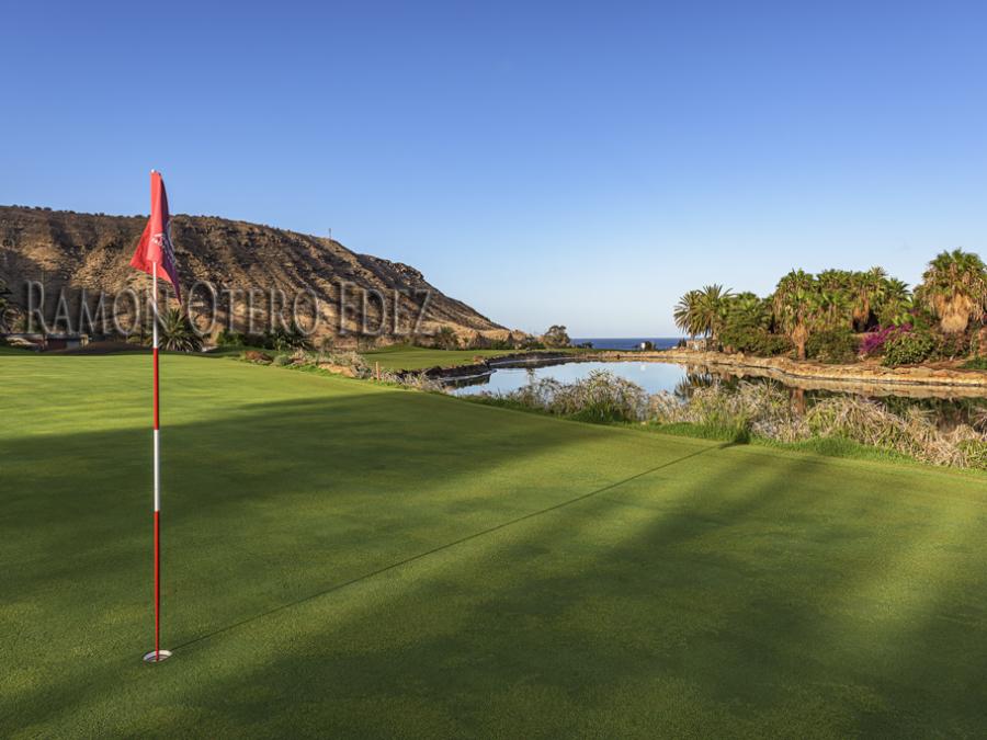 Amanece sobre el hoyo 7 del campo Anfi Tauro Golf al sur de la isla de Gran Canaria.