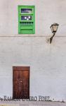 Colorida y sencilla fachada de puerta y ventana capturada en las rutas de fotografía y arquitectura por el barrio de Vegueta