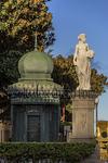 Quiosco de la música en la plaza de Hurtado de Mendoza o de las Ranas parece custodiado por una de las antiguas esculturas dispuestas a los lados del desaparecido puente de piedra que unía los barrios de Triana y Vegueta