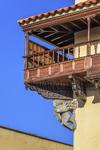 Fotografía en Las Palmas de un balcón canario en una esquinera  de la Casa de Colón del histórico barrio de Vegueta.