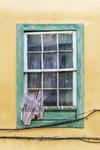 Una vieja ventana de una antigua casa olvidada en el emblemático barrio de Vegueta, solicita auxilio a través de su decolorada cortina a un fotógrafo de arquitectura canaria