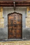 Vista de una puerta en madera y reborde en piedra de una antigua casa de una calle del histórico barrio de Vegueta