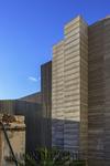 Muestra la foto la confluencia de la arquitectura tradicional canaria en primer plano con la arquitectura de estilo moderno del segundo plano a modo de rascacielos simulados en Vegueta